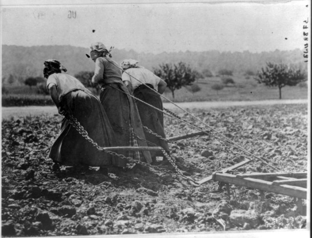 Peasants in the re-taken Somme District work in the fields, circa 1916- 1917, in this Library of Congress handout photo. (Photo by Reuters/Bain Collection/Library of Congress)