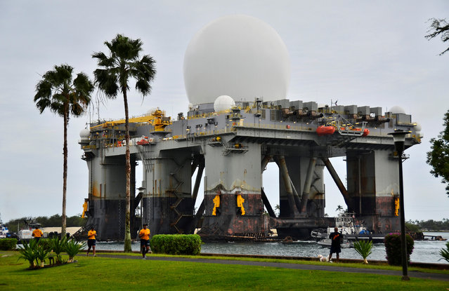 The Sea-based, X-band Radar (SBX 1), a combination of the world's largest phased-array X-band radar carried aboard a mobile, ocean-going semi-submersible oil platform, transits the waters of Joint Base Pearl Harbor-Hickam, Hawaii, U.S. on March 22, 2013. (Photo by Courtesy Daniel Barker/Reuters/U.S. Navy)