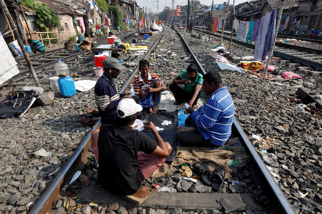 People play cards on a railway track at a slum area in Kolkata, India February 7, 2017. (Photo by Rupak De Chowdhuri/Reuters)