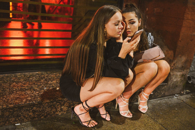 These two ladies received some important messages on Valentine's night in Manchester, England on February 14, 2020. Brits celebrated Valentine's Day in style last night – proving you can have a good time even if you don't have a partner. (Photo by Mercury Press/The Sun)