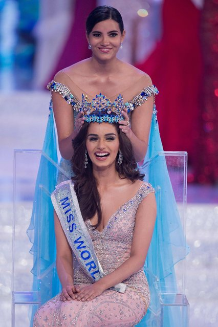 Miss World 2016 Stephanie Del Valle (top) put the crown on Miss India Manushi Chhilar (down) after she wins the 67th Miss World contest final in Sanya, on the tropical Chinese island of Hainan on November 18, 2017. (Photo by Nicolas Asfouri/AFP Photo)