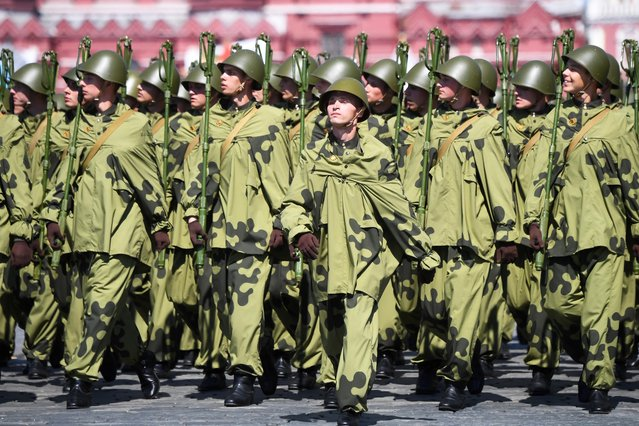 Russian servicemen march during the Victory Day Parade in Red Square in Moscow, Russia, June 24, 2020. (Photo by Iliya Pitalev/Host Photo Agency via Reuters)