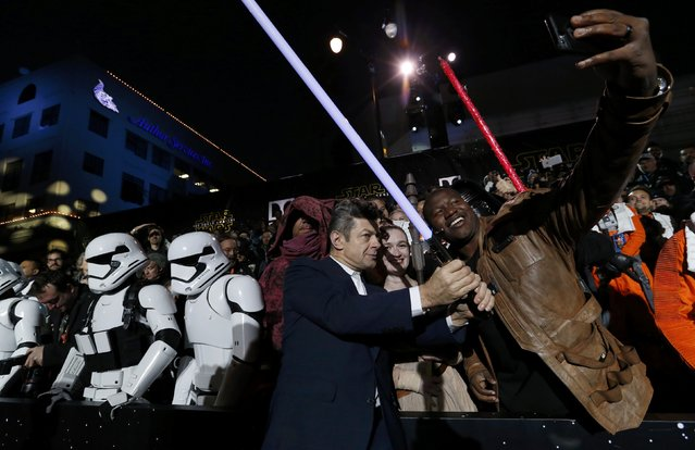 "Actor Andy Serkis (C) poses with fans as he arrives at the premiere of ""Star Wars: The Force Awakens"" in Hollywood, California December 14, 2015. (Photo by Mario Anzuoni/Reuters)"