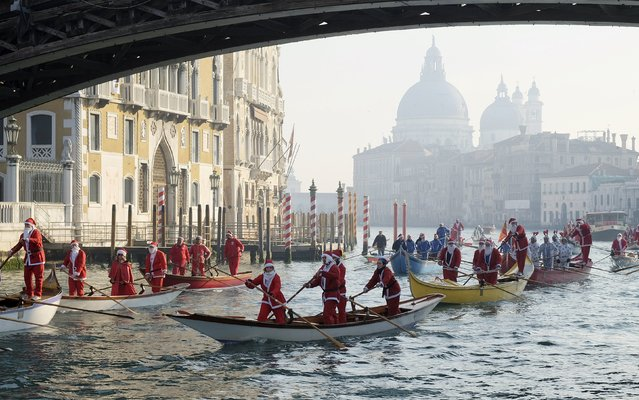 People dressed as Santa Claus row boats on Venice's Grand Canal, in northern Italy, December 20, 2015. (Photo by Manuel Silvestri/Reuters)