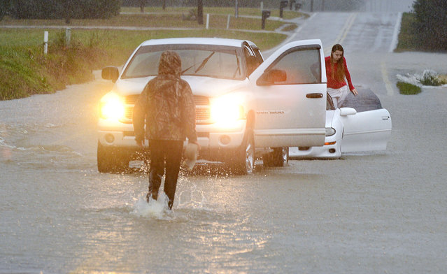 Brooke Speegle waits to be rescued after her vehicle stalled in high water on Christmas Day in Decatur, Ala., Friday, December 25, 2015. A storm pounded Tennessee and other states in the southeastern U.S. (Photo by John Godbey/The Decatur Daily via AP Photo)