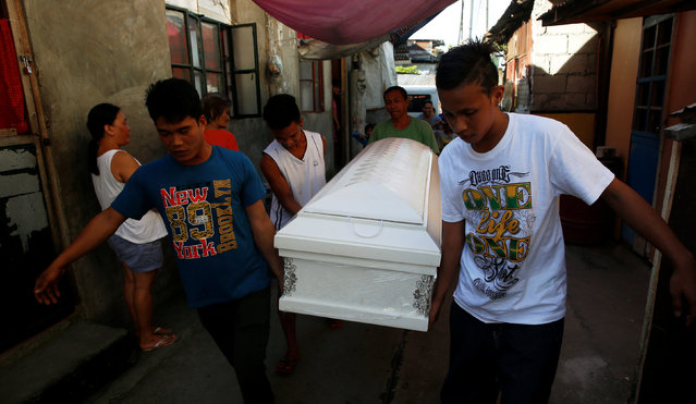 Friends carry the coffin of Kenneth Lim, 20, who was shot dead by suspected vigilantes at a house storing illegal narcotics, police said on Thursday, in Caloocan city, Metro Manila, in the Philippines December 29, 2016. (Photo by Erik De Castro/Reuters)