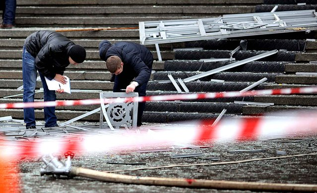 Russian police investigators collect evidence following a suicide attack at a train station in the Volga River city of Volgograd, about 900 kms (560 miles) southeast of Moscow, on December 29, 2013. (Photo by AFP Photo/Stringer)