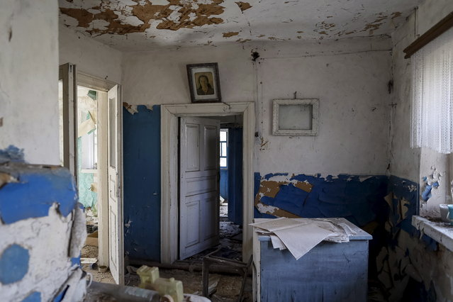 A portrait is seen in a house in the abandoned village of Zalesye near the Chernobyl nuclear power plant in Ukraine on March 28, 2016. (Photo by Gleb Garanich/Reuters)