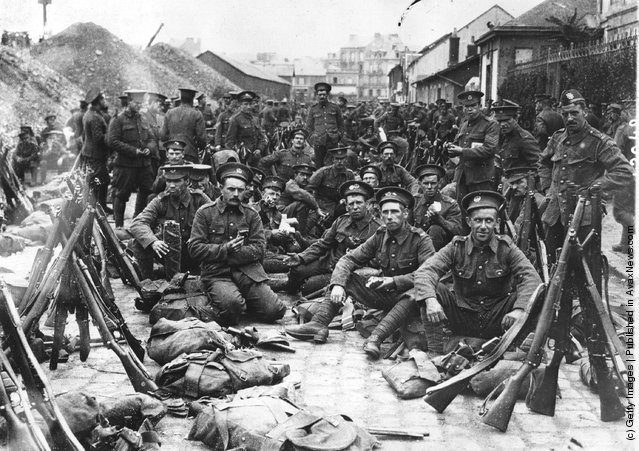 1914: British soldiers, newly arrived in France preparing to go to the lines