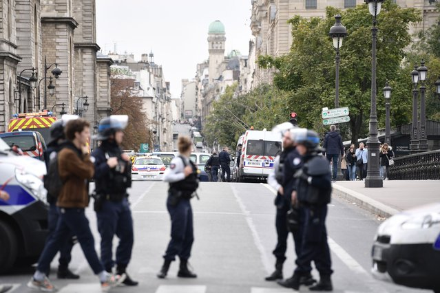 Police block the street near Paris prefecture de police (police headquarters) on October 3, 2019 after three persons have been hurt in a knife attack. A knife attacker was shot and injured after hurting two people at police headquarters in the historical centre of Paris on October 3, sources told AFP. (Photo by Martin Bureau/AFP Photo)