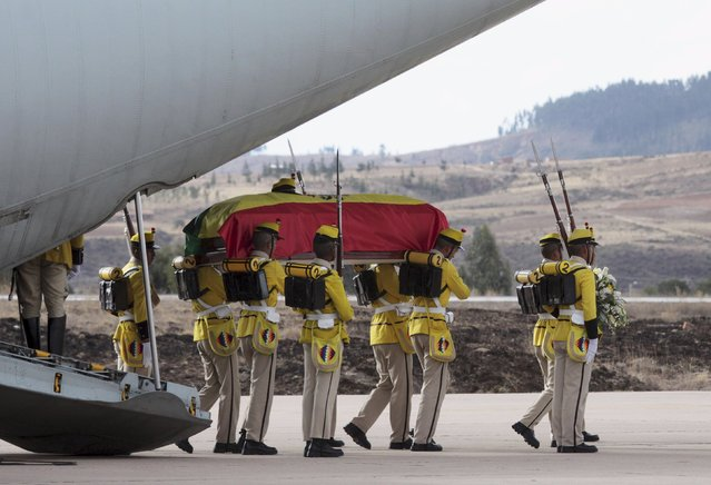 Bolivian soldiers dressed in the uniforms of the historical Sucre regiment, carry the coffin of one of two bodies of soldiers recovered from Peru, at Sucre airport, Bolivia August 17, 2015. Two Bolivian soldiers killed during the 1880s War of the Pacific were honoured posthumously in a solemn ceremony in Lima, Peru before being repatriated on Monday to Bolivia. The two bodies, identified as a Bolivian officer and a soldier who belonged to the Sucre Second Infantry Regiment, were found in Peru in 2008. (Photo by Enrique Quintanilla/Reuters)