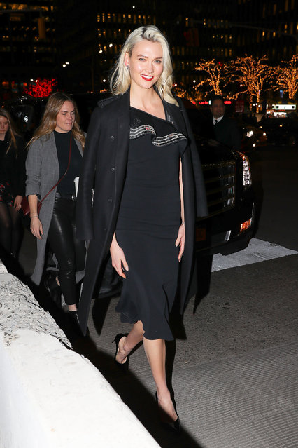 Karlie Kloss looks radiant in all black outfit while arriving at the Late Night with Seth Meyers in New York City on December 20, 2017. (Photo by Felipe Ramales/Splash News and Pictures)