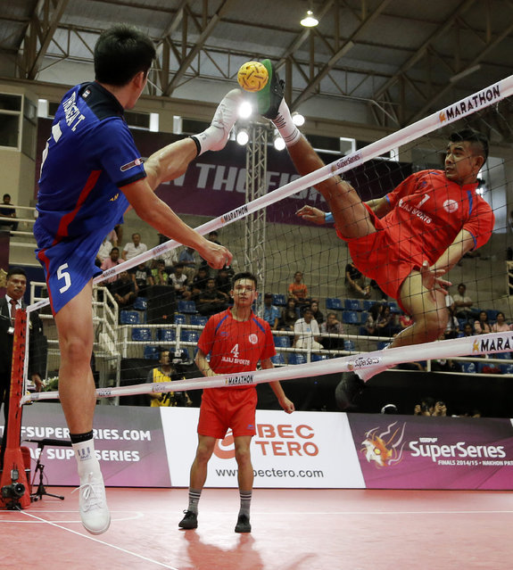 Sepak Takraw, ISTAF Super Series Finals Thailand 2014/2015, Nakhon Pathom Municipal Gymnasium, Huyjorake Maung, Nakonprathom, Thailand on October 20, 2015: Thailand's Thawisak Thongsai (L) and India's Akash Yumnam in action. (Photo by Asia Sports Ventures/Action Images via Reuters)