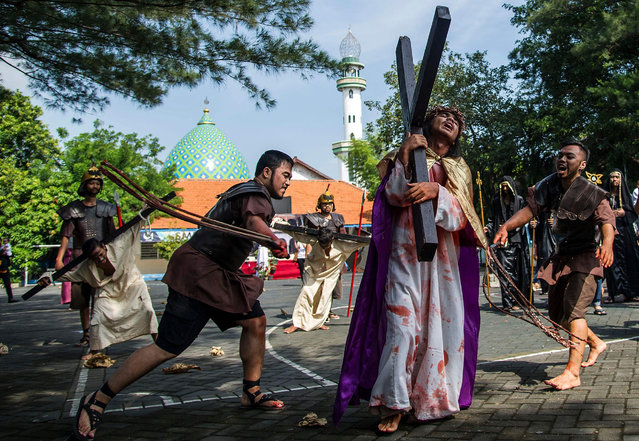 Indonesian Catholics reenact the crucifixion of Jesus Christ, as Christian devotees mark the holy week in Indonesia, a predominantly Islamic nation, at the compound of St. Mikael church in Surabaya on March 30, 2018. (Photo by Juni Kriswanto/AFP Photo)