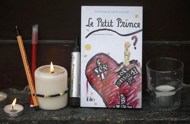 A book is seen placed outside the Le Carillon restaurant the morning after a series of deadly attacks in Paris , November 14, 2015. (Photo by Christian Hartmann/Reuters)