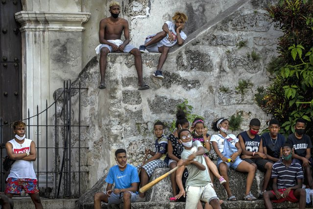 Wearing masks as a precaution against the spread of the new coronavirus children play baseball in Havana, Cuba, Wednesday, October 14, 2020. (Photo by Ramon Espinosa/AP Photo)