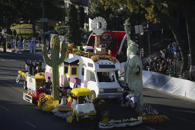 "The Craftsman Trophy winner, Farmer's Insurance Group ""Along for the Ride"" float, moves through 127th Rose Parade in Pasadena, California January 1, 2016. (Photo by David McNew/Reuters)"