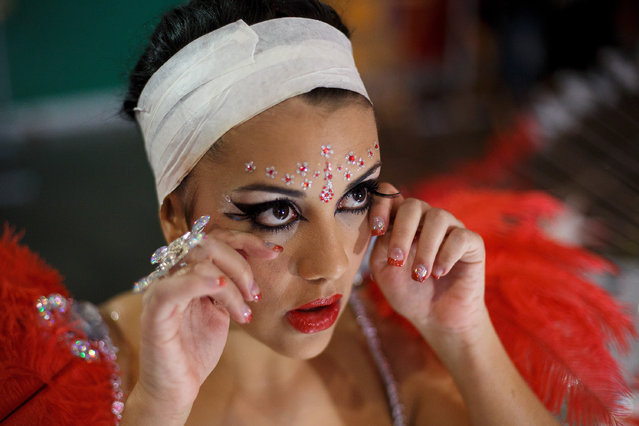 Nominee Carmen Veronica Gil Perez prepares at backstage for her performance on Queen of the 2013 Santa Cruz carnival Gala on February 26, 2014 in Santa Cruz de Tenerife on the Canary island of Tenerife, Spain. (Photo by Pablo Blazquez Dominguez/Getty Images)