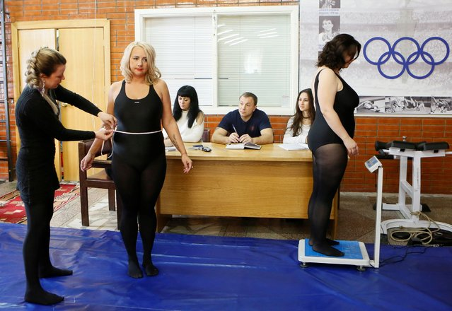 Models of the SibPlus Models agency and participants of the Miss Doughnut beauty competition get their bodies measured during a training session in Krasnoyarsk, Siberia, Russia, March 4, 2017. (Photo by Ilya Naymushin/Reuters)