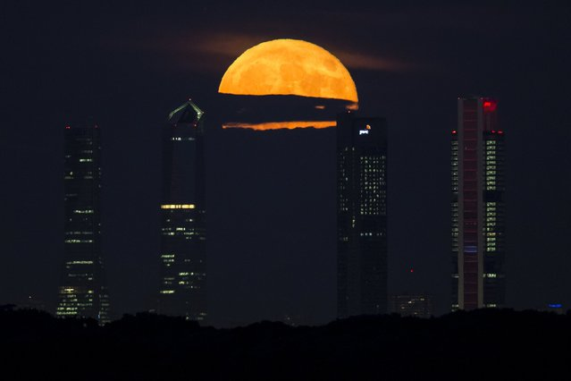 The moon is seen rising between the landmark four towers of Madrid, Spain, September 28, 2015. (Photo by Paul Hanna/Reuters)