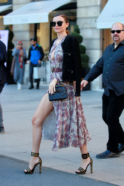 Australian model Miranda Kerr flashes major leg after a Louis Vuitton photoshoot in Place de Vendome in Paris, France on October 4, 2016. (Photo by Christopher Peterson/Splash News)
