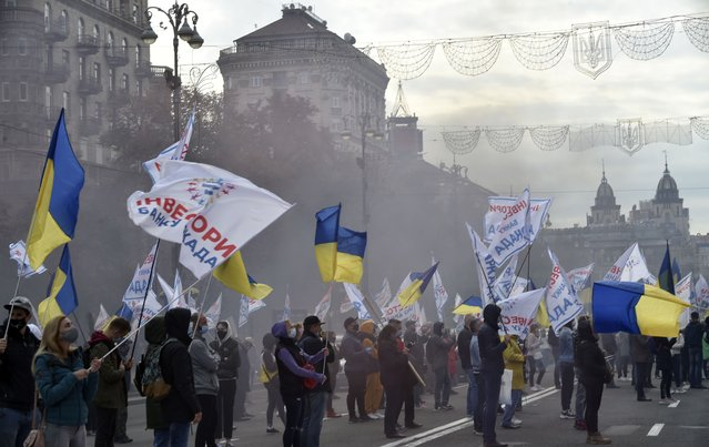 Hundreds of customers of Ukrainian commercial bank Arkada demonstrate in Kiev, on October 16, 2020, to call for the resuming of the construction of residential buildings they have invested in after the bank's activity was frozen due to financial fraud. (Photo by Sergei Supinsky/AFP Photo)