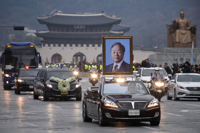 A motorcade carrying the casket of former president Kim Young-Sam makes its way past Gyeongbokgung palace and Gwanghwamun square in central Seoul on November 26, 2015. In freezing temperatures and light snowfall, South Korea held a state funeral for former president Kim Young-Sam, whose 1992 election victory brough a formal end to more than 30 years of military rule. (Photo by Ed Jones/AFP Photo)