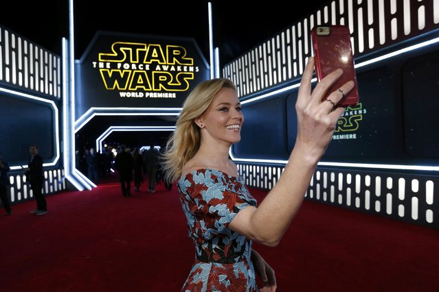 "Actress Elizabeth Banks takes a selfie as she arrives at the premiere of ""Star Wars: The Force Awakens"" in Hollywood, California December 14, 2015. (Photo by Mario Anzuoni/Reuters)"