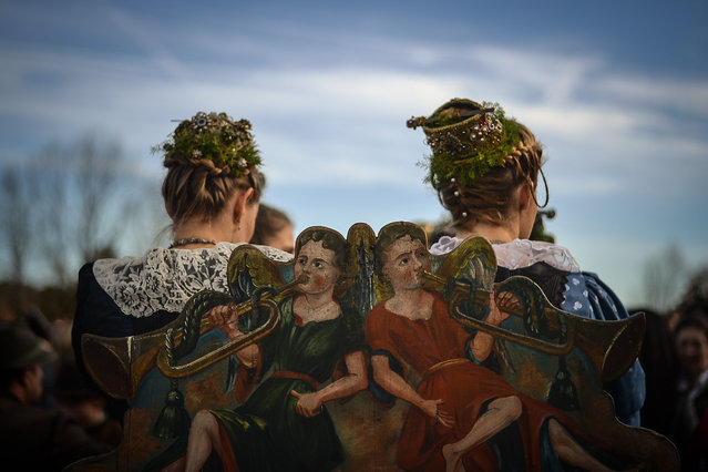 Women wearing traditional costumes of Bavaria on a festive horse-drawn carriage take part in the Leonhardifahrt procession in Bad Toelz, Germany, 06 November 2018. The Leonhardifahrt procession is an annual event dating back to 1776 to honor Saint Leonhard, the patron saint of animals. Every 6th of November, the horse-drawn carriages drive through the Isar river town up to the Calvary hill. (Photo by Philipp Guelland/EPA/EFE)