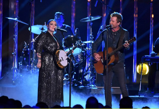 "Musicians Dierks Bentley and Elle King perform ""Different for Girls"" on stage during the 2016 CMT Music Awards in Nashville, Tennessee U.S. June 8, 2016. (Photo by Harrison McClary/Reuters)"