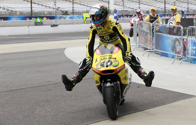 Kalex Moto2 rider Alex Rins of Spain raises his feet on his motorcycle as he rides in the pit lane after winning the Moto2 race at the Indianapolis GP in Indianapolis August 9, 2015. (Photo by Brent Smith/Reuters)