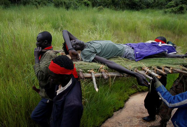 SPLA-IO (SPLA-In Opposition) rebels carry an injured rebel after an assault on government SPLA (Sudan People's Liberation Army) soldiers, on the road between Kaya and Yondu, South Sudan, August 26, 2017. (Photo by Goran Tomasevic/Reuters)