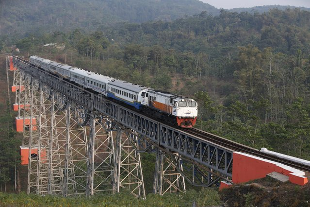 A passenger train crosses the Chikubang bridge as it travels from the city of Bandung to Jakarta near Padalarang, West Java, Indonesia August 25, 2015. (Photo by Darren Whiteside/Reuters)
