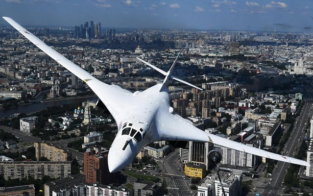 A Russian Tu-160 strategic bomber flies during the Victory Day Parade in Moscow, Russia, June 24, 2020. (Photo by Vladimir Astapkovich/Host Photo Agency via Reuters)