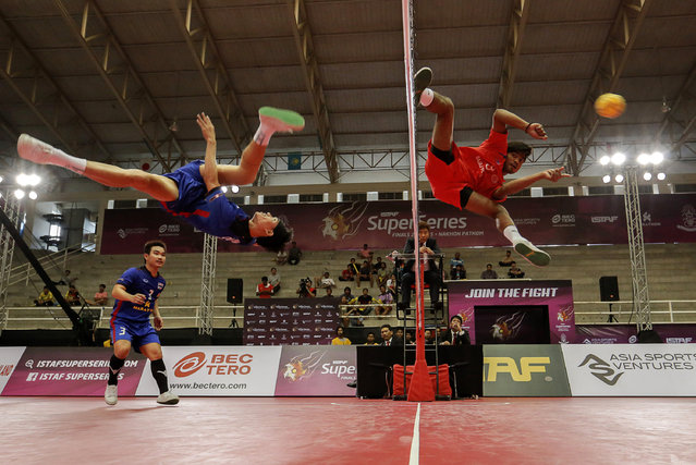 Sepak Takraw, ISTAF Super Series Finals Thailand 2014/2015, Nakhon Pathom Municipal Gymnasium, Huyjorake Maung, Nakonprathom, Thailand on October 20, 2015: Thailand's Anuwat Chaichana (L) in action against India's Harish Kumar. (Photo by Asia Sports Ventures/Action Images via Reuters)