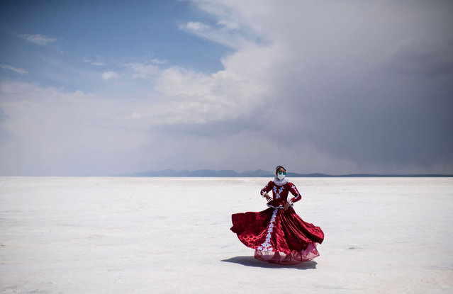 A dancer of Potosi's government departament, poses with traditional costumes at the Salar de Uyuni, the world's largest salt flat, in Uyuni, Bolivia, on November 7, 2020. (Photo by Ronaldo Schemidt/AFP Photo)
