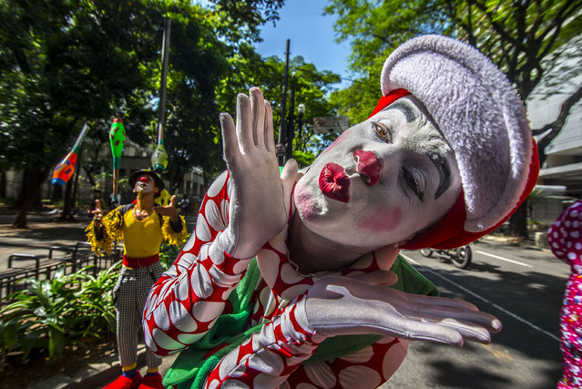 Group of clowns protested in the old center of Sao Paulo, Brazil in the morning of the second on October 24, 2016. They are against false clowns scare people. They say they are clowns good and that people who dress to scare clown clowns are false. The wave of evil clowns started in the US and has spread to many countries. (Photo by Cris Faga via ZUMA Wire)