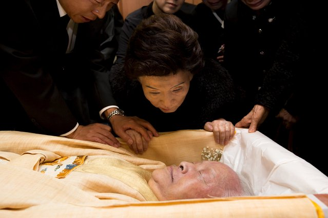 Son Myung-soon, wife of the late, former South Korean president Kim Young-Sam, looks at her husband during his funeral rites at a hospital in Seoul, South Korea, in this handout photo provided by The Interior Ministry and released by Yonhap on November 23, 2015. (Photo by Reuters/The Interior Ministry/Yonhap)