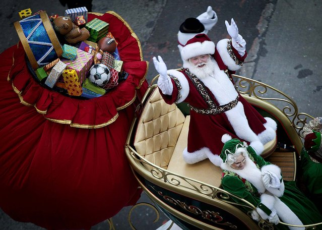 Santa Claus makes his way down Sixth Avenue. (Photo by Carlo Allegri/Reuters)