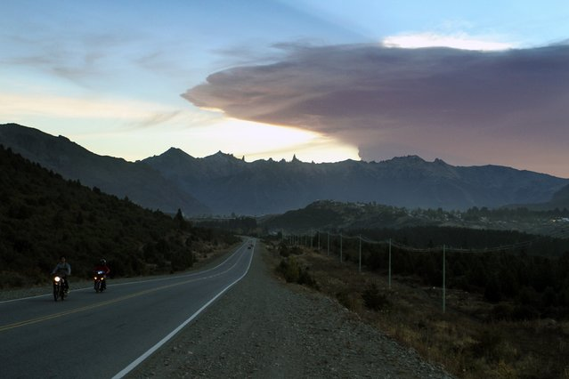 View of the road to San Carlos de Bariloche, province of Rio Negro, 1570 km southwest of Buenos Aires, with a menacing ashes cloud from the Calbuco volcano in neighbouring Chile, on April 22, 2015. (Photo by Francisco Ramos Mejia/AFP Photo)