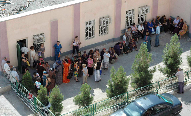 People wait in line to get their pensions and other payments in Ashgabat July 18, 2007. (Photo by Zhao Tsun Hsiung/Reuters)