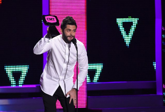 "Singer Thomas Rhett accepts the Male Video of the Year award for ""Die a Happy Man"" at the 2016 CMT Music Awards in Nashville, Tennessee, U.S. June 8, 2016. (Photo by Harrison McClary/Reuters)"