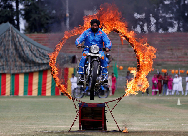 A policeman performs a stunt on a motorbike through a ring of fire during India's Independence Day celebrations in Srinagar August 15, 2017. (Photo by Danish Ismail/Reuters)