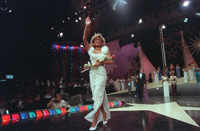Susan Akin, of Meridian, Miss., waves to the crowd as she walks down the runway after being crowned Miss America 1986 at the Miss America Pageant in Atlantic City, N.J. on September 15, 1985. (Photo by AP Photo)