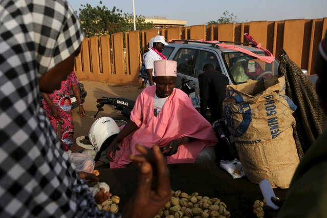 A vendor sells kola nuts outside a campaign rally for incumbent President Mahamadou Issoufou in Niamey, Niger, February 18, 2016. (Photo by Joe Penney/Reuters)