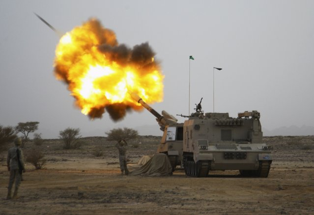 Saudi army artillery fire shells towards Houthi movement positions at the Saudi border with Yemen April 15, 2015. (Photo by Reuters/Stringer)