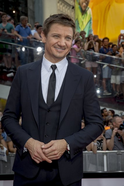 """Actor Jeremy Renner poses on the red carpet for a screening of the film """"Mission Impossible: Rogue Nation"""" in New York July 27, 2015. (Photo by Brendan McDermid/Reuters)"""