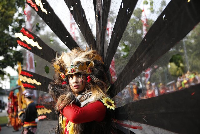 An Indonesian dancer waits for the start of a cultural parade marking the country's 69th Independence Day celebration in Jakarta August 18, 2014. (Photo by Darren Whiteside/Reuters)