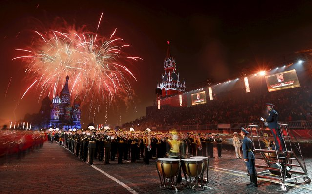 "Fireworks explode above St. Basil's cathedral during a rehearsal for the ""Spasskaya Tower"" international military music festival at Moscow's Red Square, September 4, 2015. Military bands from different countries will participate in the annual tattoo starting on Sunday. (Photo by Maxim Zmeyev/Reuters)"