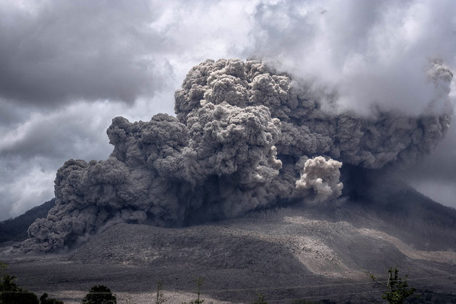 Hot volcanic spew erupts from Mount Sinabung at the Tiga Serangkai village, Simpang Empat Districk, Karo, North Sumatra. Indonesia on October 8, 2014. The volcano, which has been active since September 2013, erupted in February, killing at least 15 people and forcing thousands to evacuate their homes. There have been no casualties reported from this latest eruption, which has been happening for the last four days. (Photo by Yuono Tanto H/NurPhoto/ZUMA Wire)